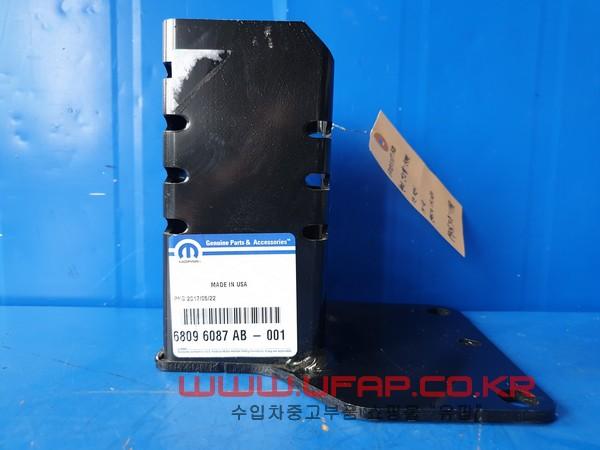 수입차 중고부품 - 지프 체로키 5세대   휀다 엔드캡.   운전석  호환차종: 1   68096087AB